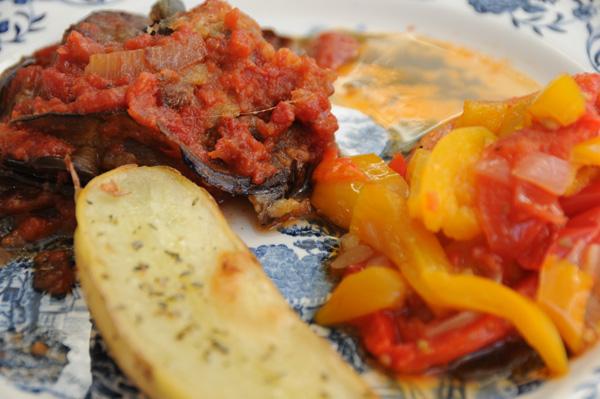 Aubergine med peperonata og potet