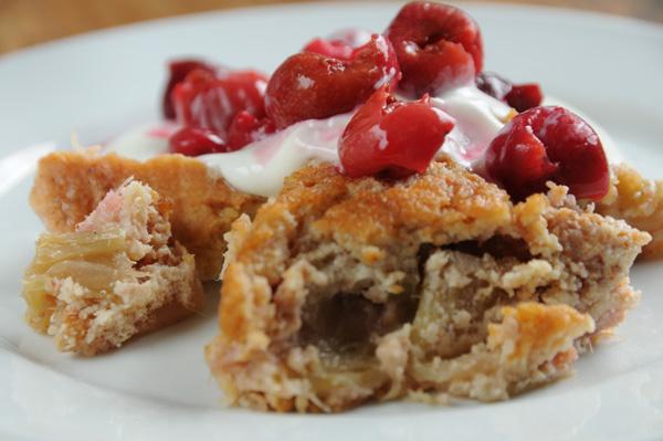 Kake med syltede bær og yoghurt