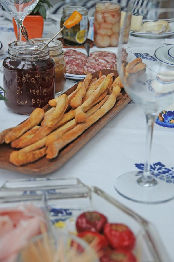 Antipasti; Salame, grissini, italienske pølser
