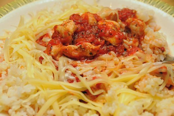 Kylling med ris, tomatsaus og ost