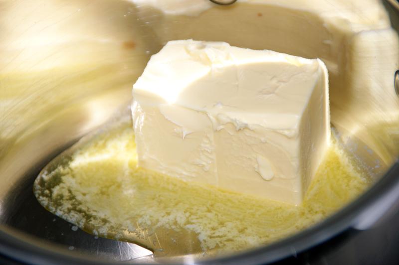 Smeltet smør til sjokoladeostekake med Baileys