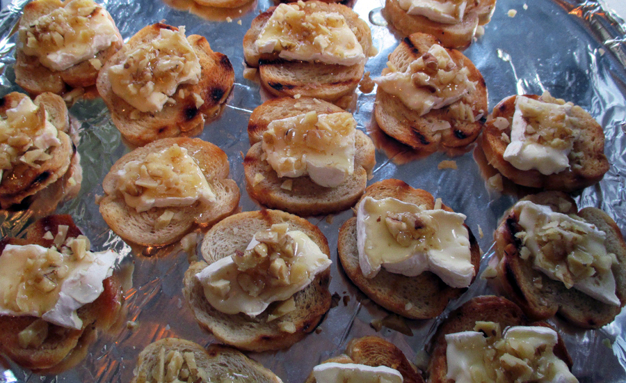 Crostini med camembert, valnøtter og akasiehonning